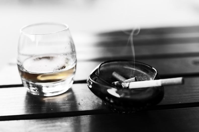 Visible Age-Related Signs Associated With High Alcohol Intake, Smoking