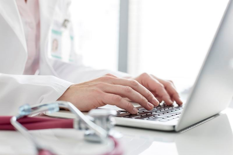Medical practice staff can effectively handle negative online reviews by staying calm and positive, looking for solutions, apologizing, and thanking the reviewers.